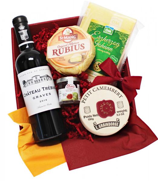 Käseplatte mit Rotwein